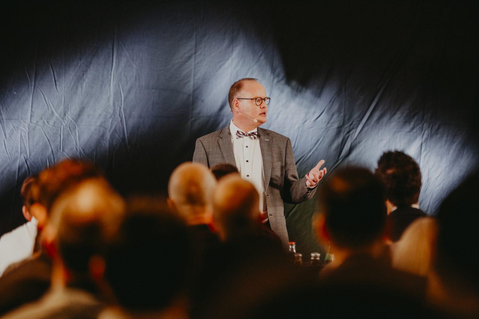 Trauercoach Thomas Sommerer spricht vor Publikum über das Abschied nehmen und die Verarbeitung der Trauer.